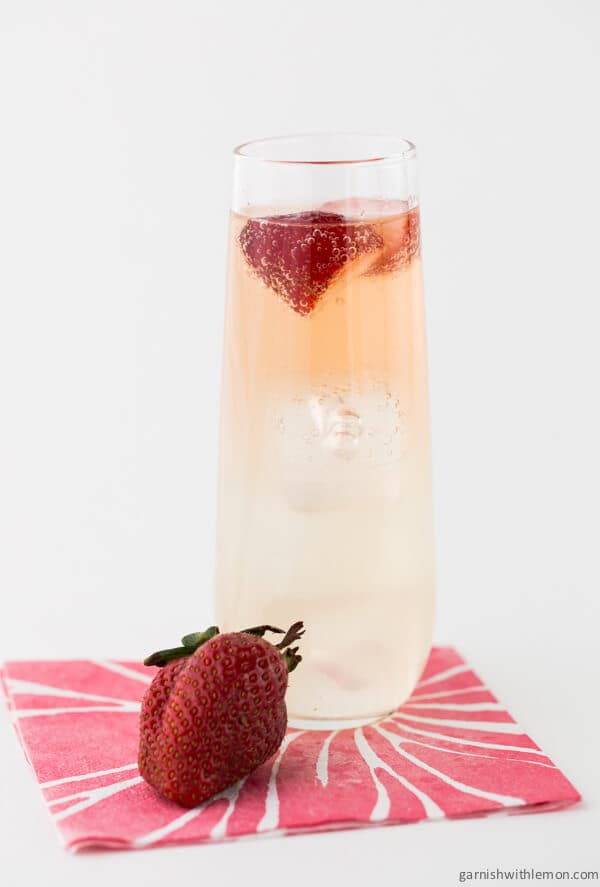 Bubbly Strawberry Mojitos-Greet your guests with a tray of these tasty Bubbly Strawberry Mojitos at your next party!