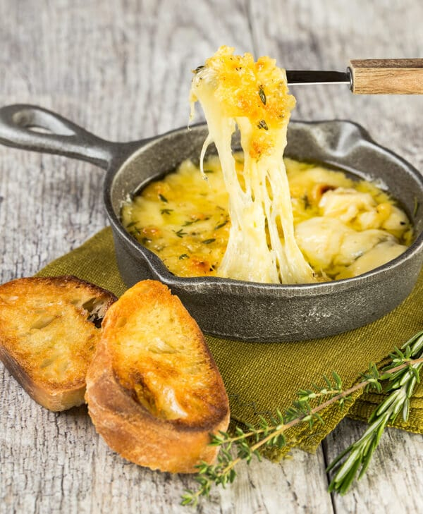 Need an impressive and mouthwatering appetizer in less than 10 minutes? This easy Baked Fontina Dip with garlic and herbs will disappear in no time!